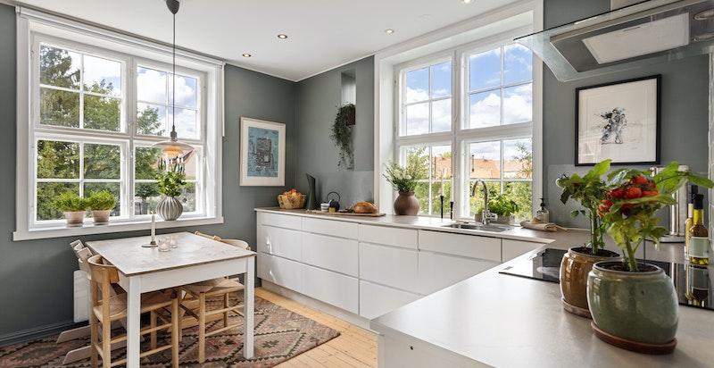 Kjøkkenet er lyst og romslig med lysinnslipp fra flere sider.