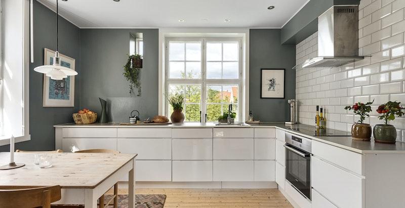 Kjøkkenet har en tidsriktig og flott innredning fra Kvik med god plass til spisebord for de enklere måltid.