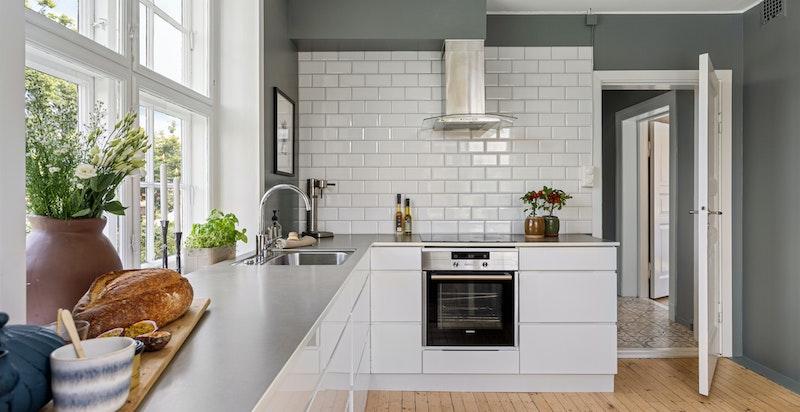 Innredningen består av laminat benkeplate, fliser over benk, ventilator vifte og nedfelt kum. I tillegg er det integrert komfyr, induksjon platetopp og oppvaskmaskin.
