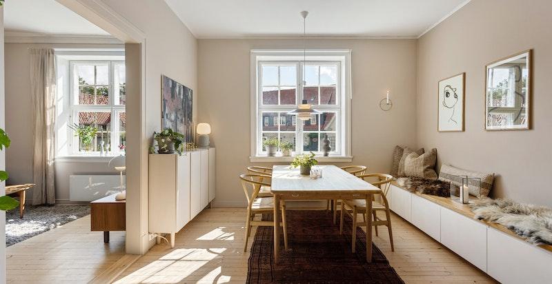 De store vinduene er gjennomgående i hele boligen og slipper inn rikelig med naturlig sollys.