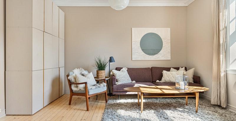 Veggene er malt i en dus og fin nyanse med praktiske skap i samme farge. Skapene skaper en fin kontrast i rommet samtidig som det gir gode oppbevaringsmuligheter.