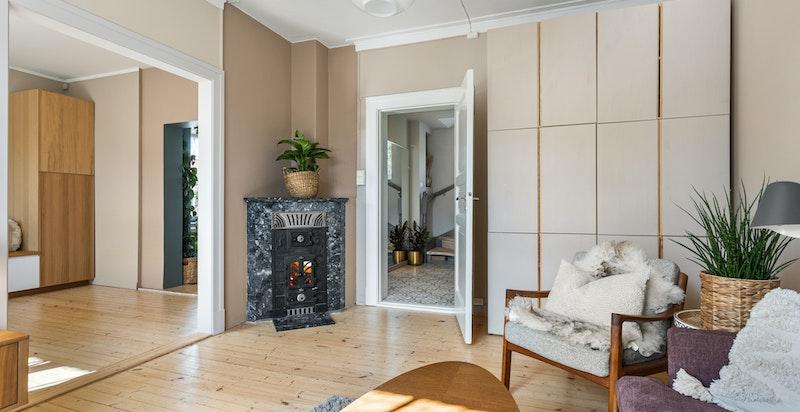 Dagligstuen har en flott kamin som både er et fint element til rommet, samtidig som den varmer godt.