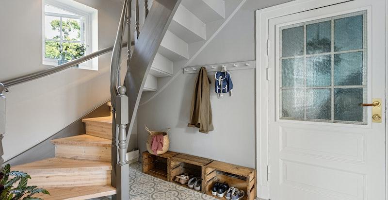 Fra kjøkkenet kan døren til entréen lukkes og åpnes etter ønske. Entréen er praktisk flislagt og har plass til oppbevaring av sko og yttertøy.