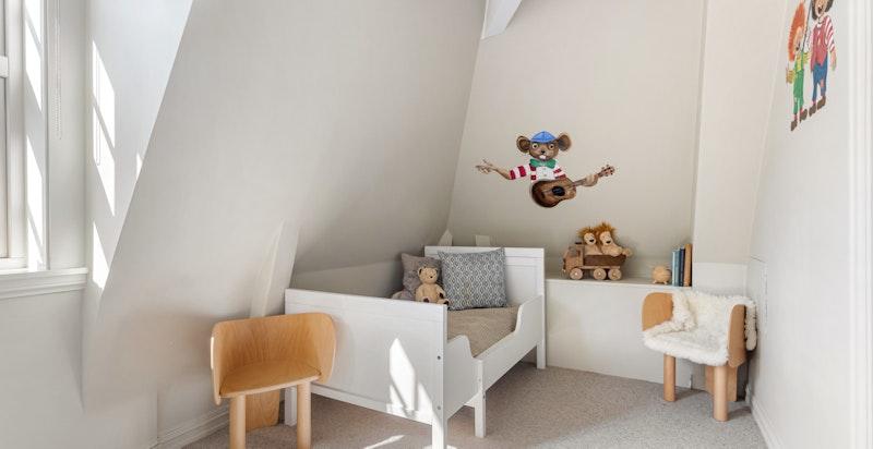 Rommet har plass til seng og øvrig møblement. Legg merke til dekorasjonen på veggene.