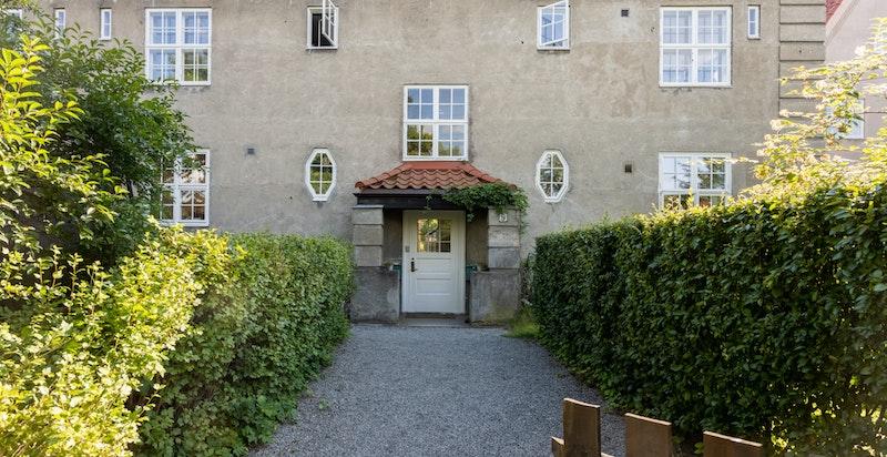 Leilighetenen ligger fint til i byggets 2.etasje og går over to plan og hems. Velkommen inn!