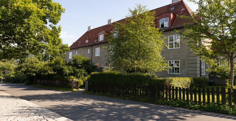 Boligen ligger i et svært rolig og trygt nabolag, med barnefamilier og hyggelige naboer omkring.