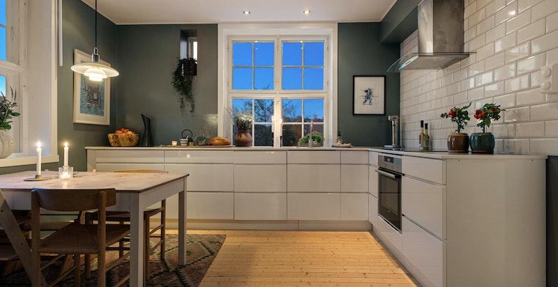 I tillegg til de øvrige stuene er kjøkkenet et hyggelig sted å samle både familien og venner.