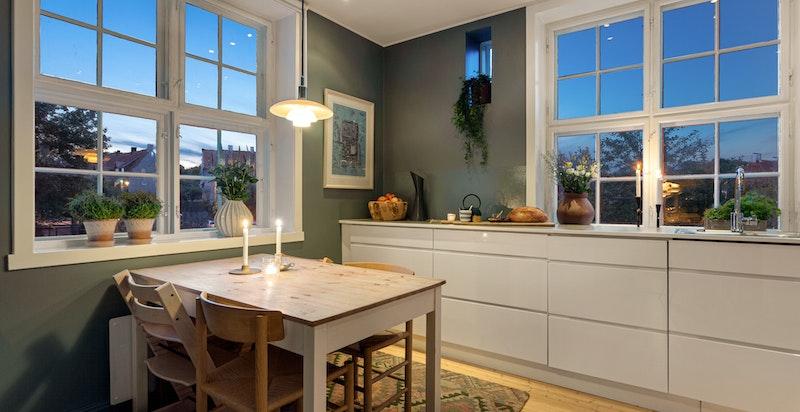 Vakre og unike vinduer i flere himmelretninger gjør kjøkkenet til et behagelig samlingssted.