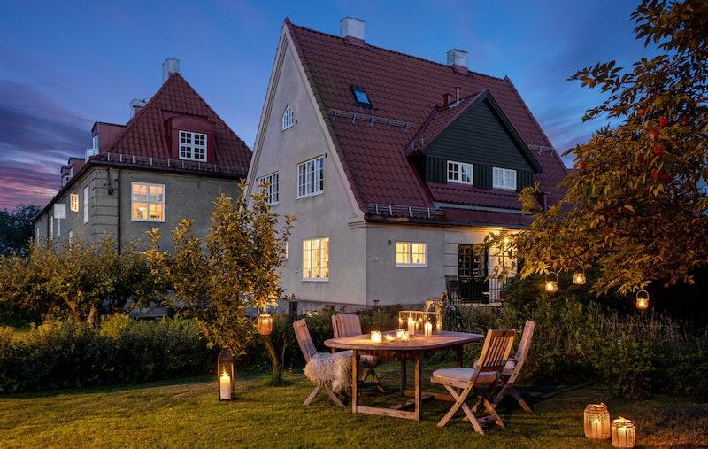 Boligen disponerer to hyggelige og skjermede hageparseller hvor man kan følge solen fra tidlig morgen til sen kveld.