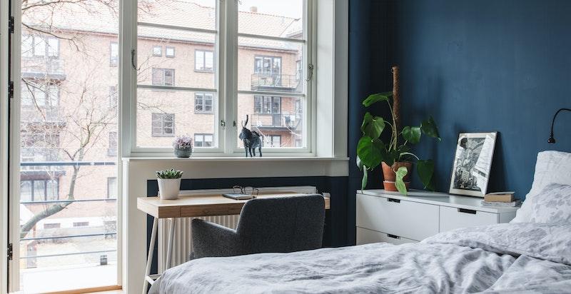 Meget hyggelig rom med store lysflater. Nye vinduer i hele leiligheten i 2018.