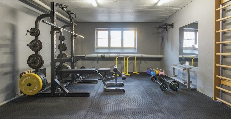 Borettslaget har eget treningsrom, pusset opp og oppgradert med nytt utstyr i 2020.