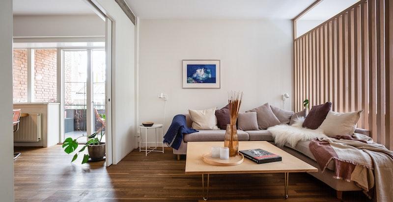 Den gjennomgående planløsningen og de store stiltypiske vindusbeltene gjør leiligheten svært lys og luftig