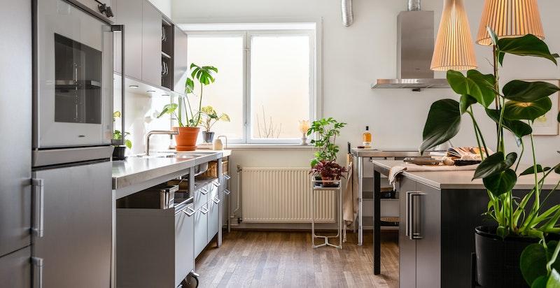 Stålbenk med stålkum og blandebatteri, integrert kjøl/frys, stekeovn og oppvaskmaskin. Integrert induksjon koketopp