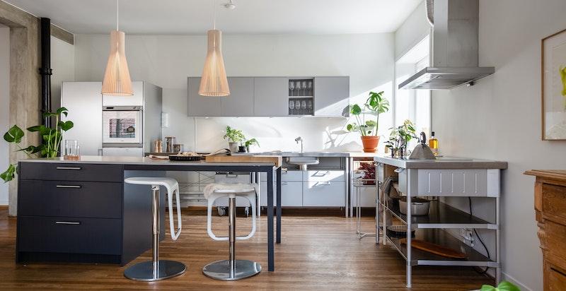 Stilren og moderne kjøkkeninnredning fra Bulthaup (antatt fra 2006) bestående av glatte fronter med integrerte stålhåndtak. Selger satte i 2019 opp kjøkkenøy med kompositt benkeplate