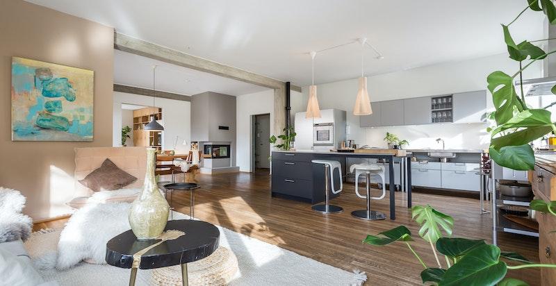 Det er i dag to flotte stuer i leiligheten, hhv. stue og spisestue. I stuen er det etablert åpen kjøkkenløsning som gir stueområdet rikelig med rom, lys og luft