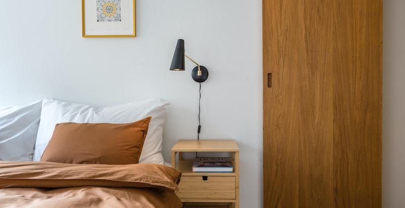 Spesialdesignede, snekkerbygde heltre dører i eik til soverom og bad
