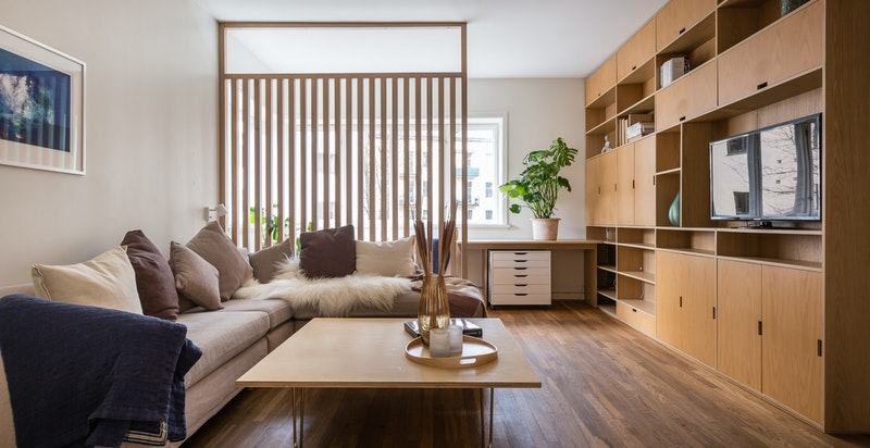 Praktisk inndeling av rom med snekkertilpasset skrivebord bak spilevegg
