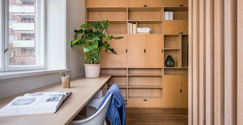 Rommet er avdelt med spilevegg og gjør deler av rommmet til et hyggelig hjemmekontor