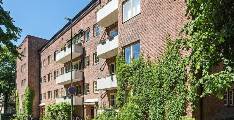 Eiendommen er en del av et helhetlig miljø bestående av tidlig funkisgårdskomplekser i Fearnleys gate, Ole Fladagers gate og Majorstuveien