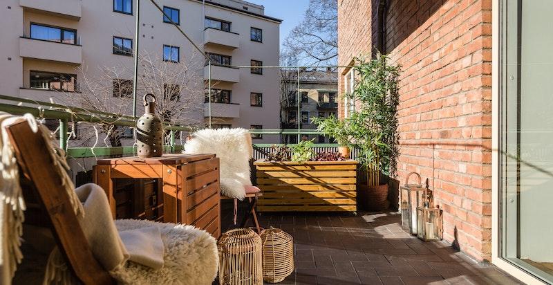 Balkongen er vendt ut mot de stille og rolige grøntarealene rundt bygget