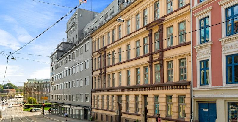 Klassisk bygårdsfasade som vender ut mot det nye kontorbygget Via. Her blir det butikker og cafeer på gateplan og Oslos mest eksklusive kontormiljø fra høsten 2021.