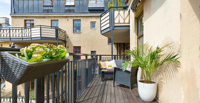 Balkongen blir et ekstra rom sommerstid og den ligger praktisk til med utgang fra kjøkkenet