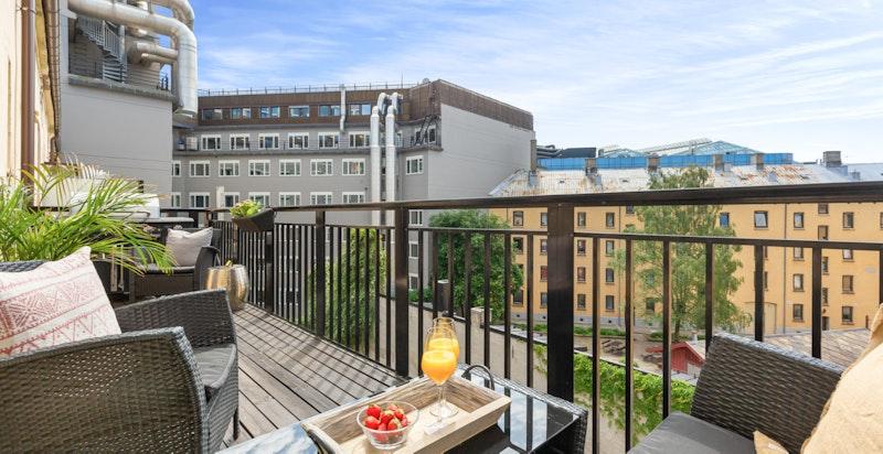 Velkommen til en herlig totaloppusset 3-roms leilighet sentralt og rolig i Vika - med 11 kvm balkong med sol hele dagen!