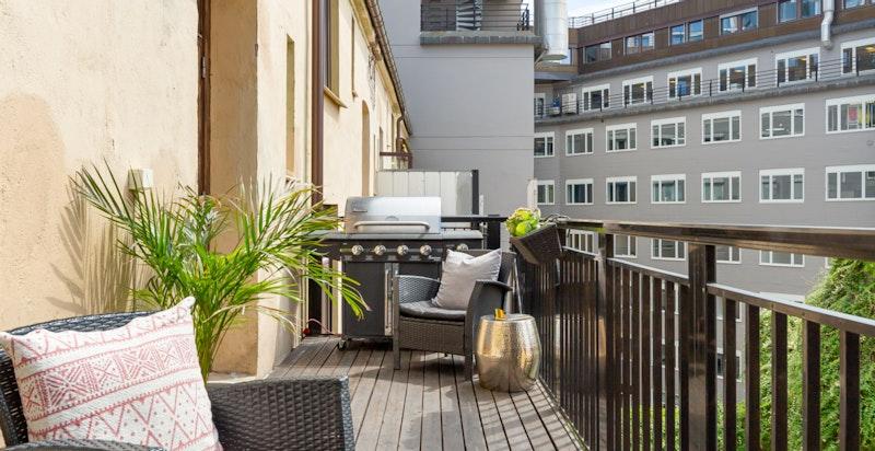 Balkongen blir et ekstra rom sommerstid og den liggr praktisk til med utgang fra kjøkkenet