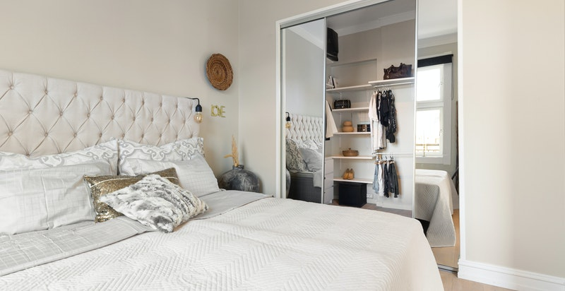 Skyvedører i speil skiller soverom og garderoberom