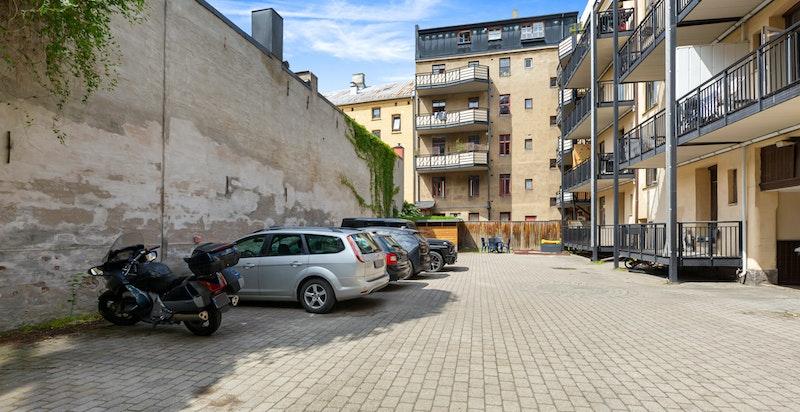 Bakgården har 10 parkeringsplasser for gårdens beboere
