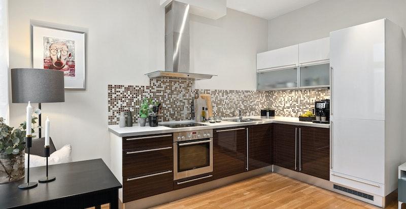 Kjøkkenet har integrert oppvaskmaskin, kjøpeskap/fryseskap, stekeovn og keramisk platetopp