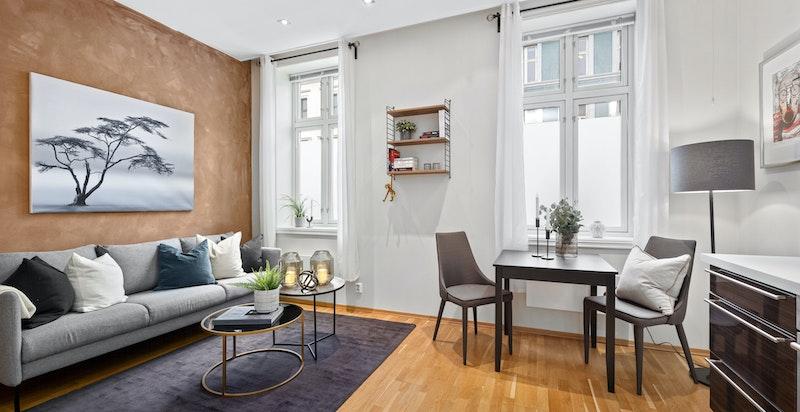 Stue. God romfølelse med store vindusflater og god takhøde (2,9 meter)