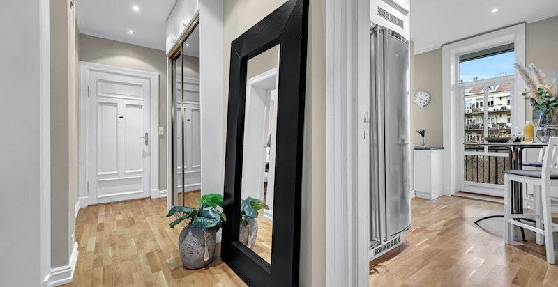 Hall/entré med stor speil skyvedørsgarderobe