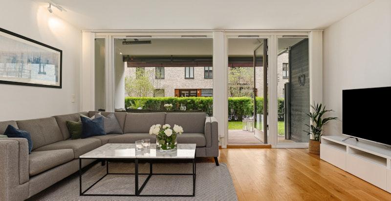 Romslig stue med direkte utgang til terrasse