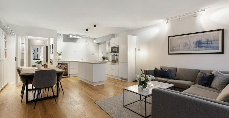 Stuen er godt planert og har god plass for både salong og spisestue i fin tilknytning til kjøkkenet