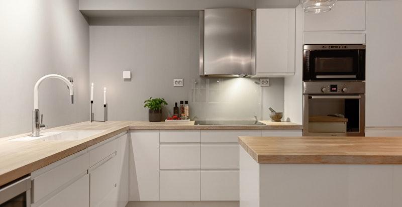 Lekkert epoc kjøkken fra 2016 med integrerte hvitevarer.
