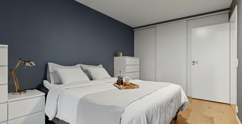 Hovedsoverom - plass for stor seng og rikelig med skapplass