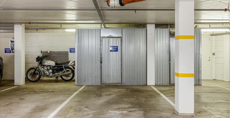 Leiligheten har direkte heisadkomst til K2 hvor det tilhører en garasjeplass