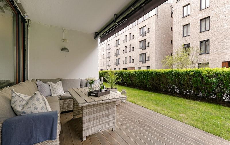 Terrassen er sydvendt og overbygget. Elektrisk markise.