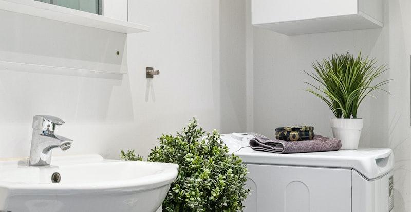 Servant, wc, dusjkabinett og varme i gulv.