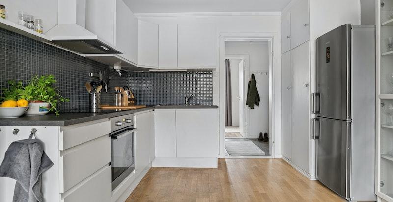 Kjøkkenenet er lyst og tidsriktig. Det er fra Kvik og ble satt inn av tidligere eiere i 2013.