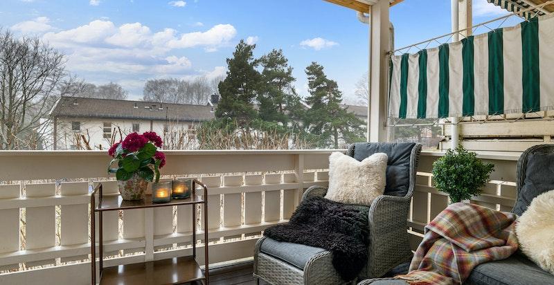 Balkongen er ca. 7 kvm og et hyggelig utsyn utover sameiets grønne felleshage.