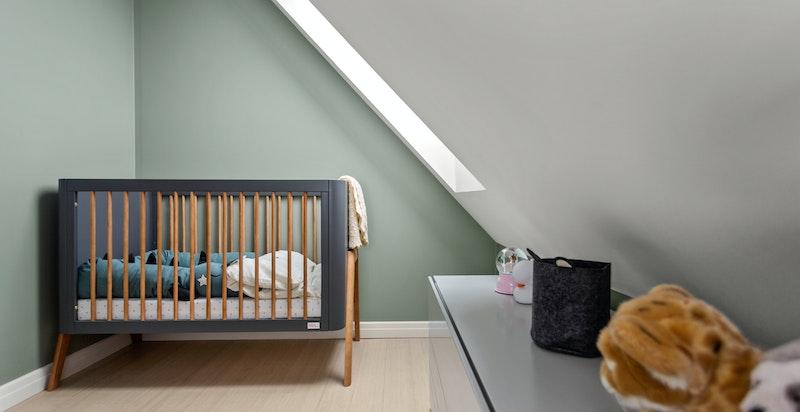 Det andre soverommet fungerer ypperlig som barnerom, gjesterom, kontor eller det man måtte ha behov for.