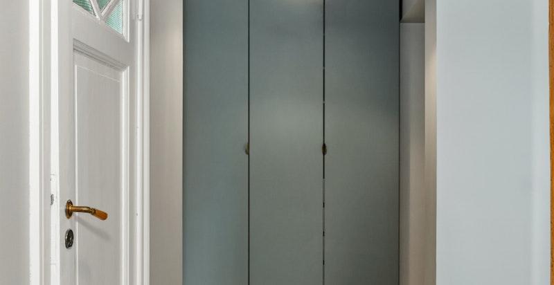 Gangen på loftet er praktisk utnyttet med garderobeplass.