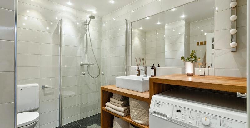 Badet ligger i 3.etasje, boligen hovedetasje, og ligger i praktisk tilknytning til boligens entré.