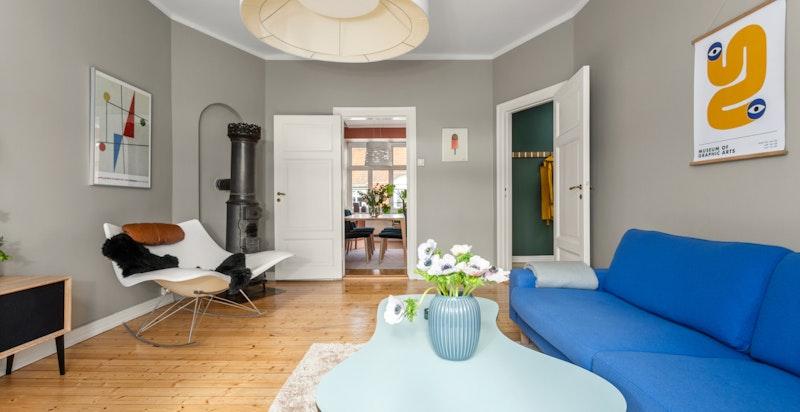 Fra stuen ligger kjøkkenet i en separat, men likevel sosial løsning mot stuen.