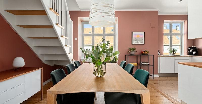 Romslig spisekjøkken med god plass til spisebord.