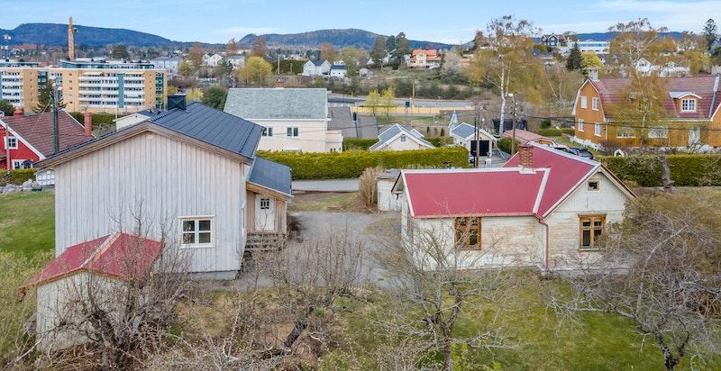 Bebyggelsen består av enebolig, anneks, garasje og utebod.