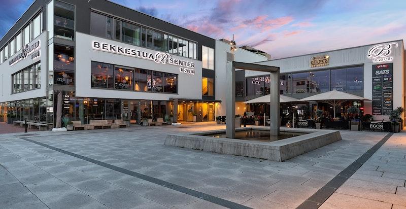 Beliggenheten byr på nærhet til flotte rekreasjonsområder, skole, barnehager, offentlig kommunikasjon og servicetilbud.