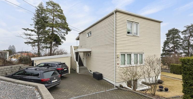 Pen og velholdt eiendom. 5 p-plasser fordelt på 3 familier - opplegg til elbil.